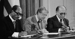 Soldan sağ; Enver Sedat, Jimmy Carter, Menahem Begin